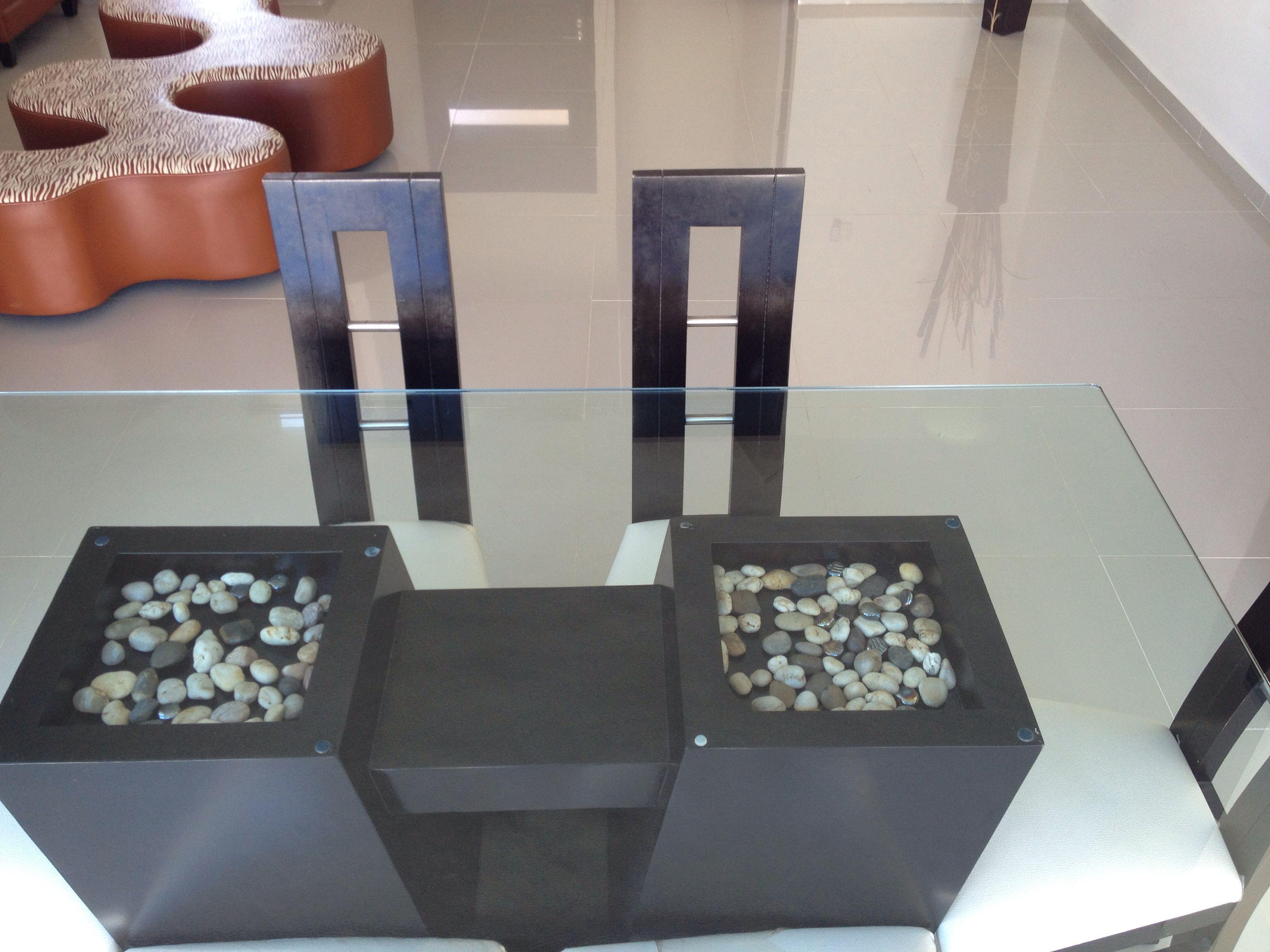 Comedor estil minimalista de madera con cubierta de for Comedores minimalistas de cristal