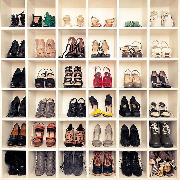 Les Basiques Qu Il Te Faut Dans Ta Garde Robe Rangement Chaussures Dressing Chaussures Et Mur De Chaussures
