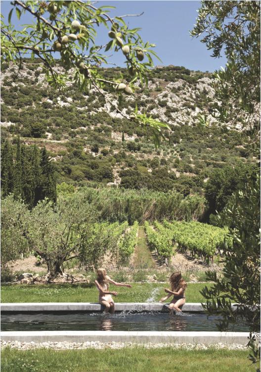 Margelle + gravier + vue sur champs cultivés et des oliviers!