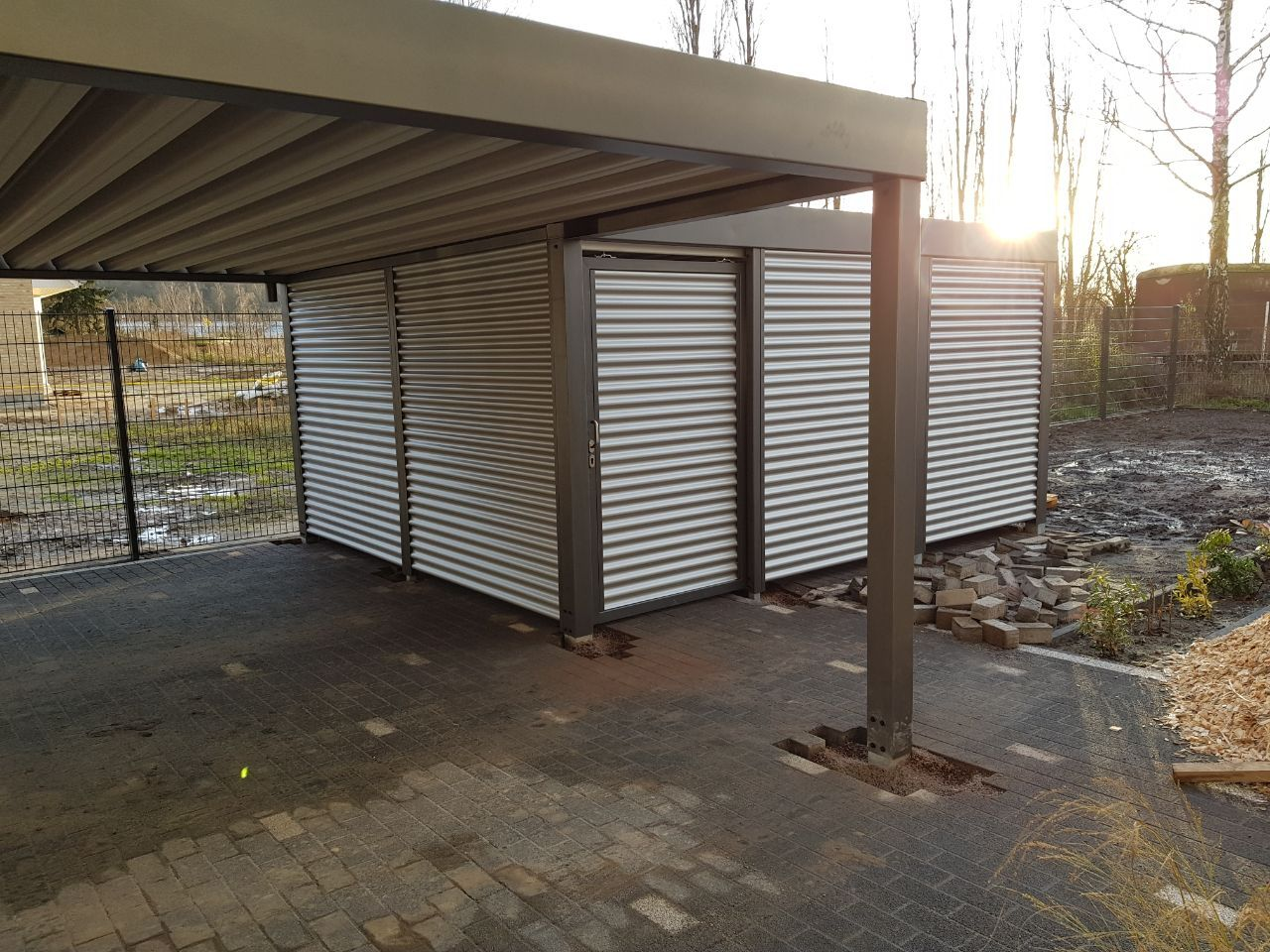 Geräteraum hinter Metallcarport / Stahlcarport mit