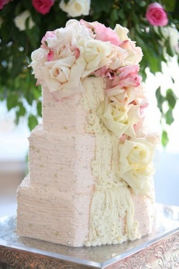Weddbook ♥ rosa Hochzeitstorte mit Perlen, Spitze und Rosen geschmückt ...