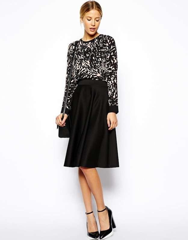 8984b89a0c Cómo combinar las faldas midi  Fotos de los modelos - Falda midi negra con  blusa