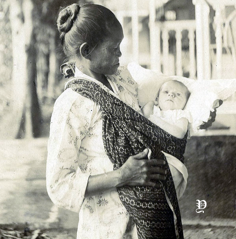 Potret seorang bayi berusia 24 hari bersama pengasuhnya di