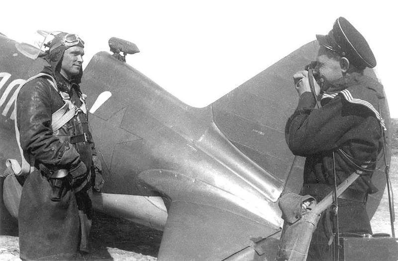 Летчик Борис Сафонов на фоне своего истребителя и ...