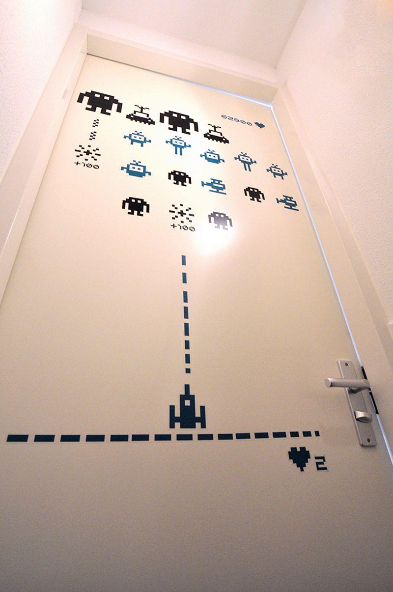 We all #love Ikea. Met de decoratieve stickers uit de Slatthült serie, versier je in 'no time' een kale wand of saaie deur.
