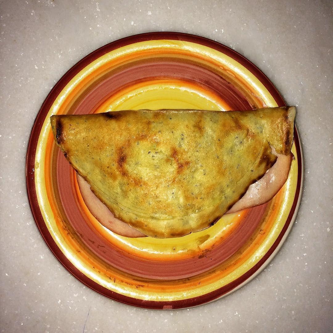 Lá vem a maluca por crepioca! Jantar de hoje foi o mesmo do café da manhã: crepioca com peito de Peru e queijo branco.  #boanoite #jantarpaleo #paleolovers #paleomeal #dietapaleo #primal #comidasaudável #comidadeverdade #euquefiz #nadadecaixinha #lowcarb #glutenfree #lacfree #delicioso by corregordinhas