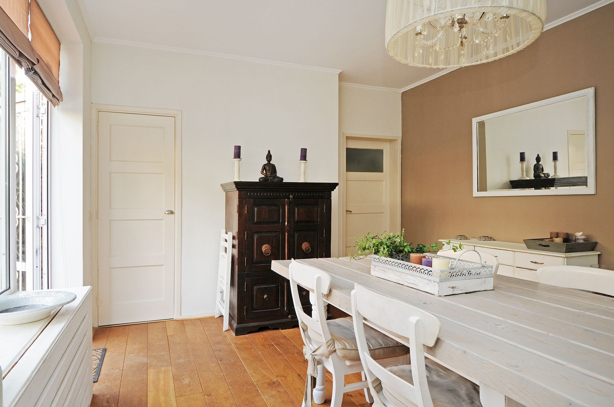 Gezellige eetkamer met deur naar terras Beautiful dining room with ...