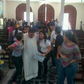 Herido de bala en una pierna el padre Walkelis parroco de la Iglesia San Pedro de Valery, #Barquisimeto.