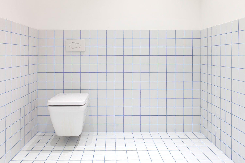 Wc En Carreau De Ceramique Blanc 10x10 Et Joints Bleu Wc In White Ceramic Tile And 10x10 Blue Interieur Salle De Bain Agencement Salle D Eau Carreaux Blancs