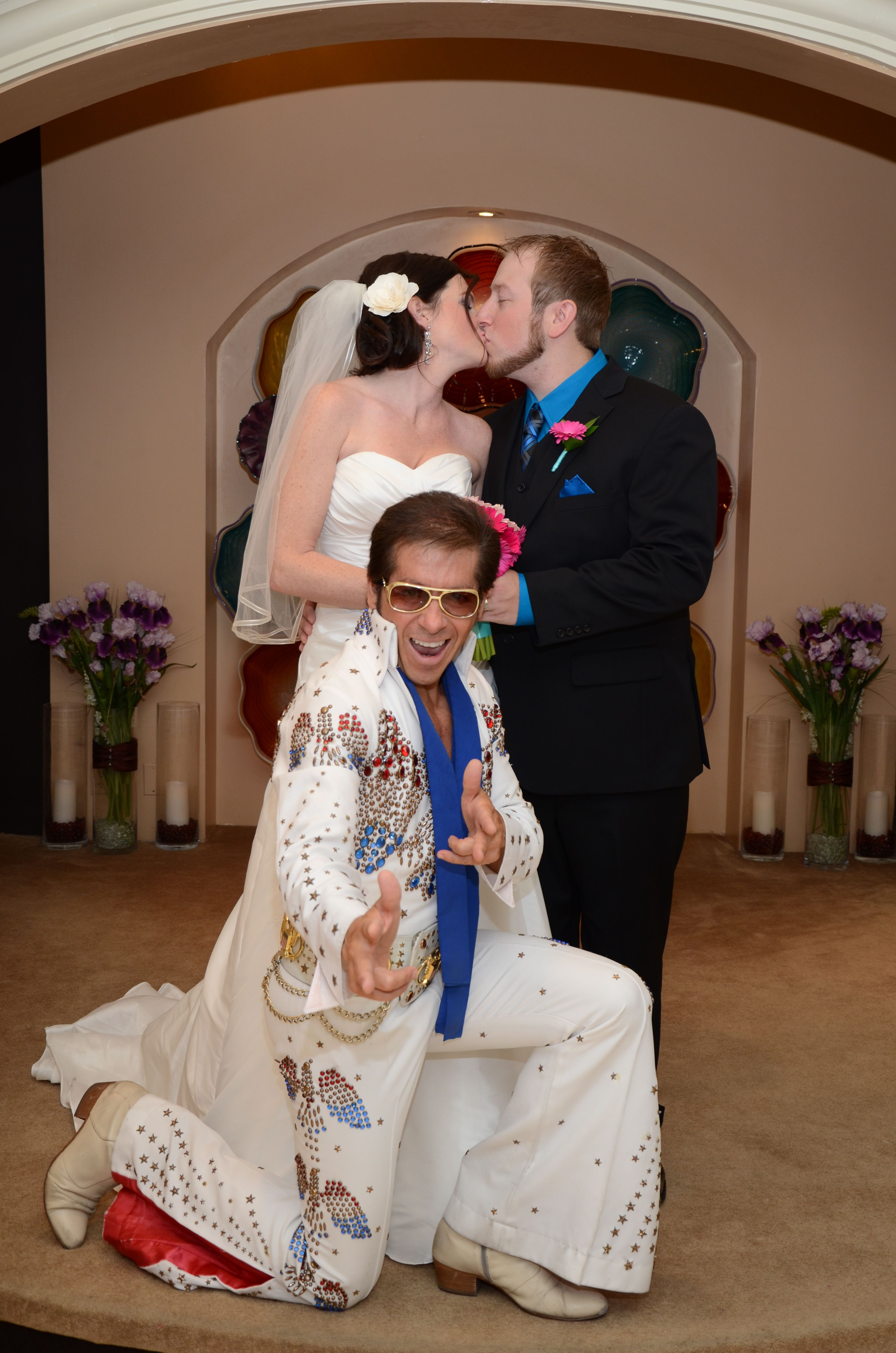 Vegas Style Hollywood Wedding Get Married By The King On Same Hallowed Grounds Where Elvis And Priscilla First Exchanged