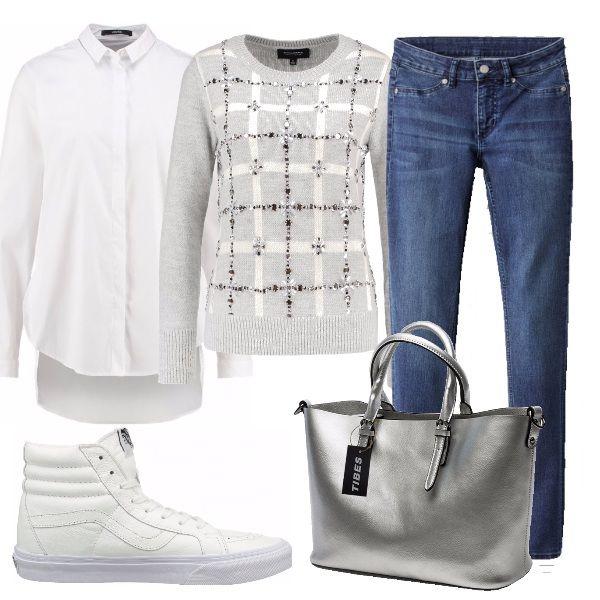 9b131e6216 Il maglione con dettagli lurex e la borsa argento donano al look ...