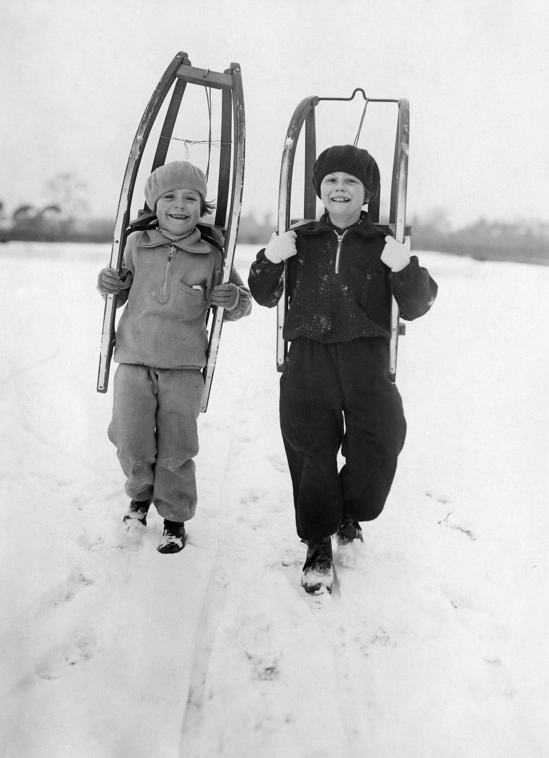 wintersport kinder gehen zum rodeln 1929 bpk. Black Bedroom Furniture Sets. Home Design Ideas