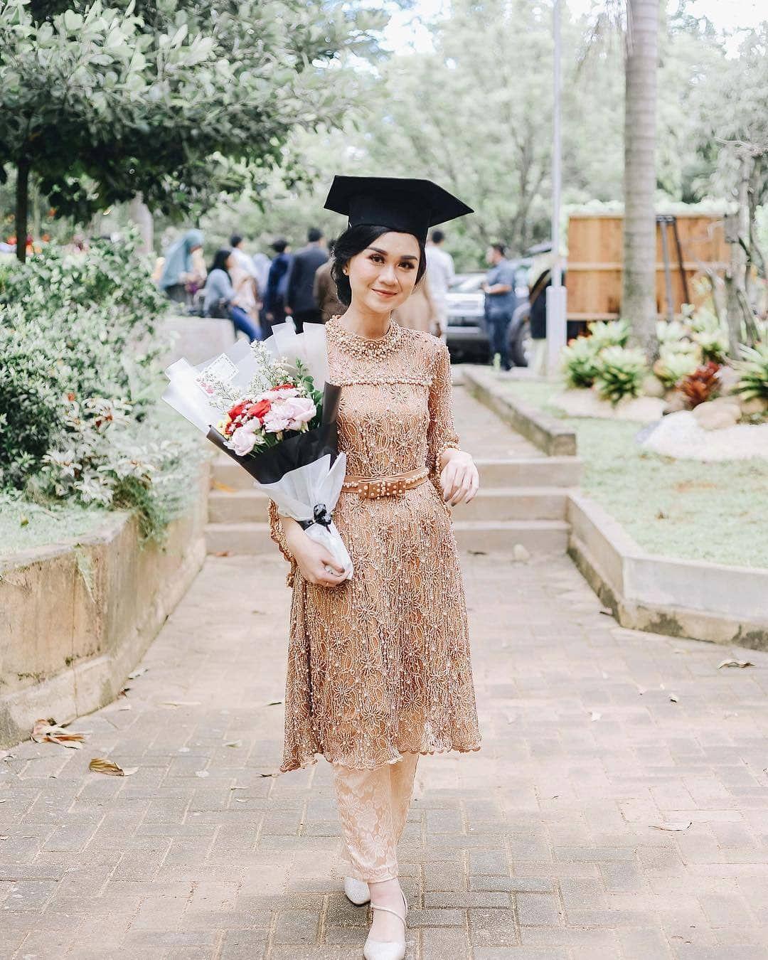 "Photo of Graduation | Kebayawisuda on Instagram: ""Stunning #wisudastyle by @nandaitsa . . Let's share your inspiring Graduation Looks here @wisudastyle . . Recommended to follow: 👉…"""