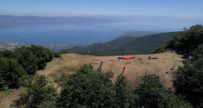 En uzak mesafeye uçmak için bir birbiriyle yarışan yamaç paraşütçüleri, izleyenlerin nefesini kesti. Bursa Kupası Yamaç Paraşütü Mesafe Uçuşu Yarışları Gürle Dağı'nda yapıldı. Türkiye Hava Sporları Federasyonu ve Gökyüzü Hava Sporları Kulübü işbirliğinde düzenlediği etkinlikte 51 sporcu en uzak mesafeye gitmek için bir biriyle yarıştı.   #bursa #Paraşüt #Yamaç