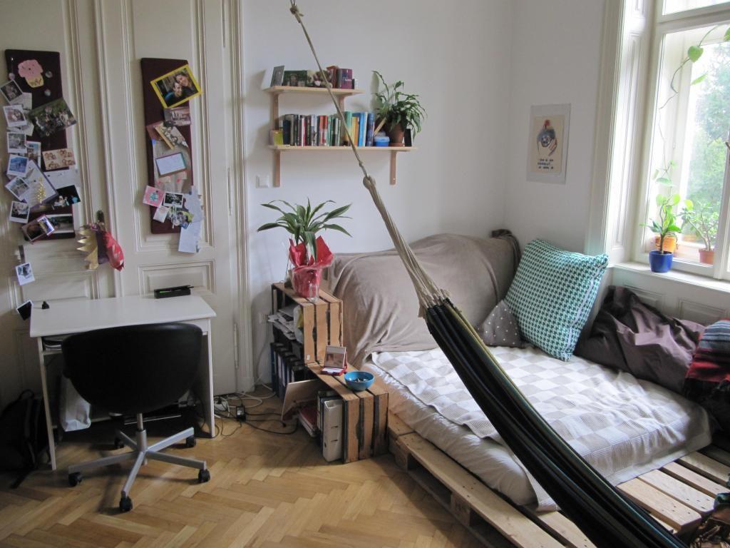 Gemütliches WG-Zimmer mit verschiedenen DIY-Möbeln. #WGZimmer ...