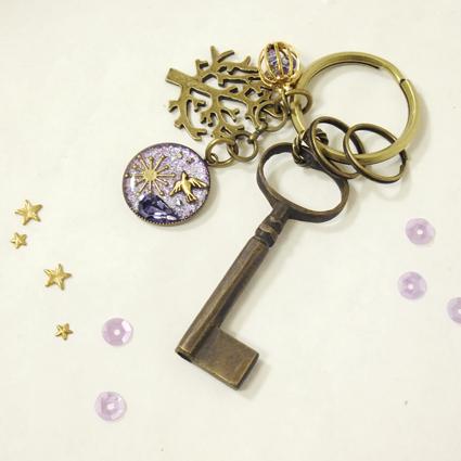 「ここは空か、宇宙か、花畑か。 つくられた紫色の世界に迷い込んだ小鳥。」真鍮の鍵と、樹脂でコーティングしたパーツやチャームをつけたキーホルダー。〔内容〕・長さ...|ハンドメイド、手作り、手仕事品の通販・販売・購入ならCreema。