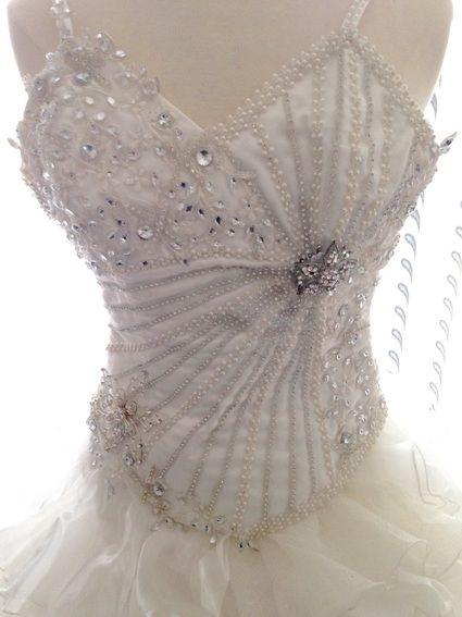 Robe de marié créé sur mesure jamais porté vous ne retrouverez pas la même sur une autre mariée :) bustier en strass, jupe possède déjà du jupon avec les cerceaux pour le volume tout en tulle