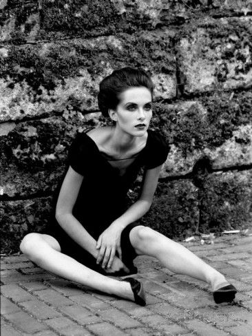 Portrait of a Young Woman in a Dress Sitting on the Ground Fotografie-Druck von Paul Hernandez bei AllPosters.de