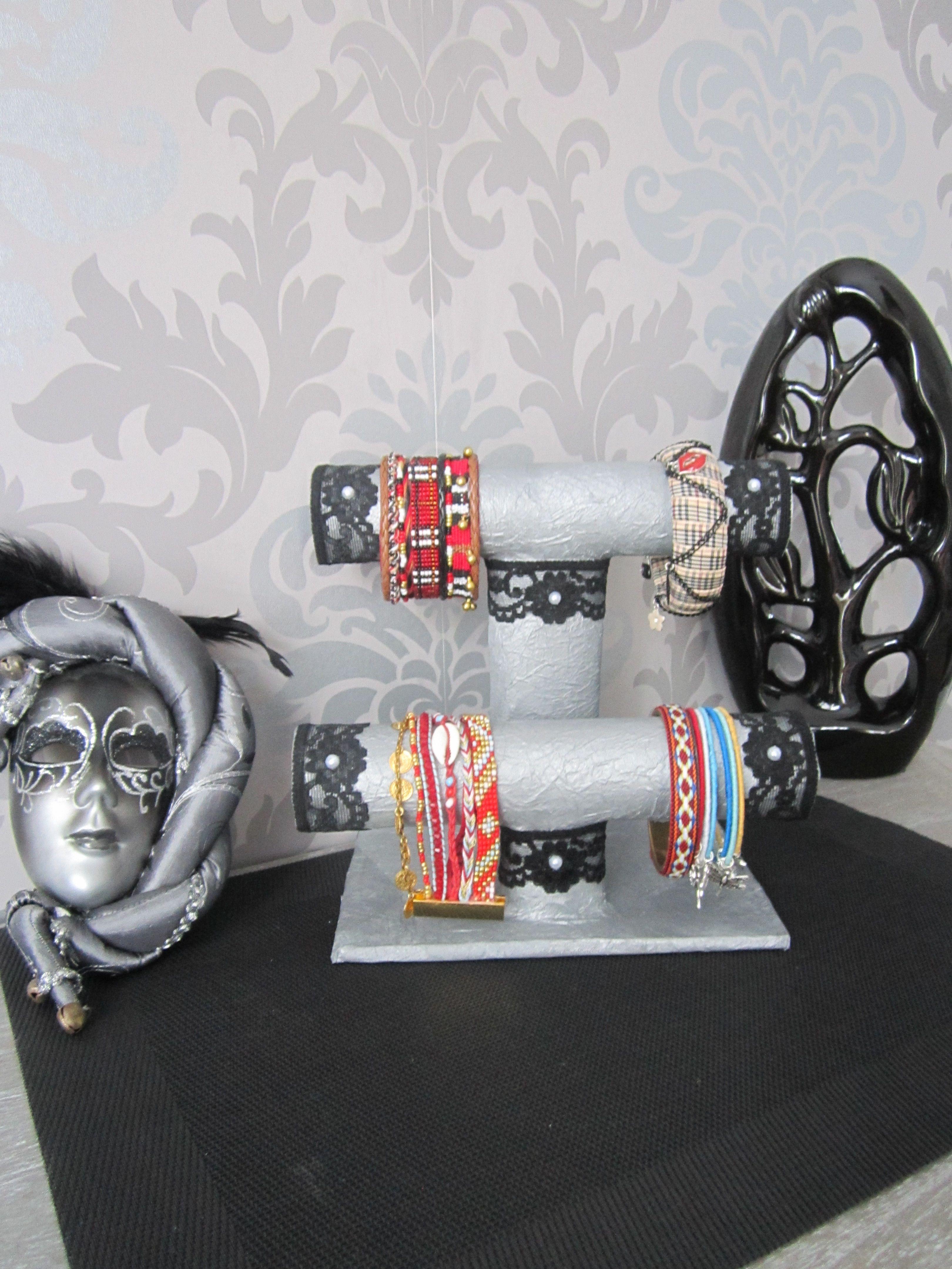un pr sentoir bijoux avec des rouleaux de papier essuie. Black Bedroom Furniture Sets. Home Design Ideas