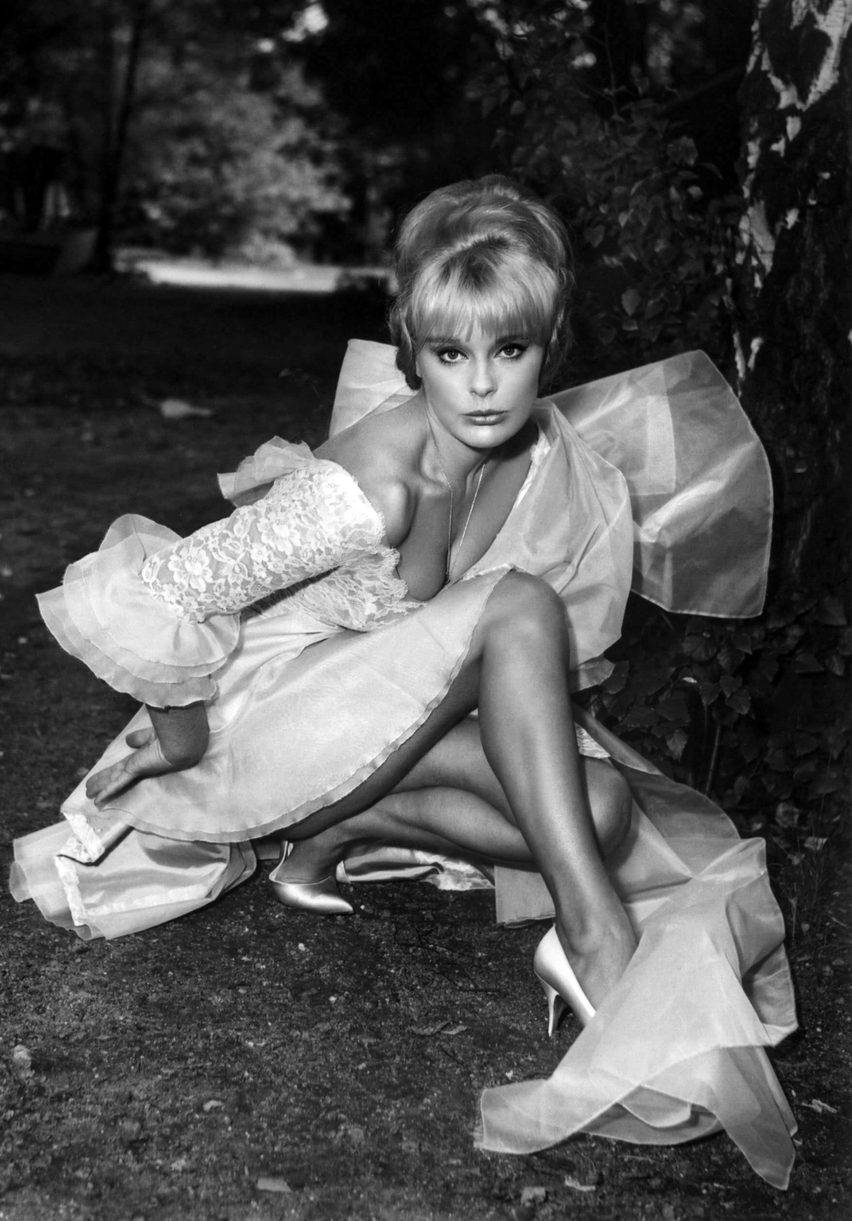 ... movies 1960s fashion posed actresses forward elke sommer made in italy