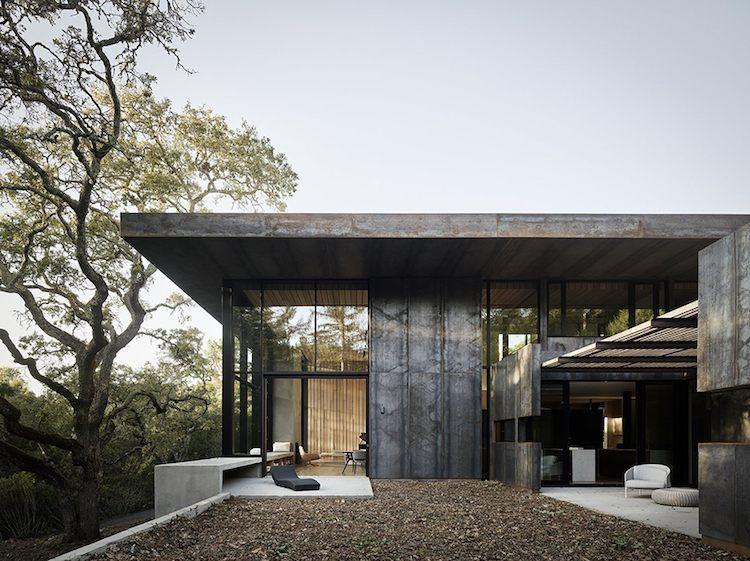 Lambris plafond et murs en bois cosy tranchant avec lu0027extérieur en métal