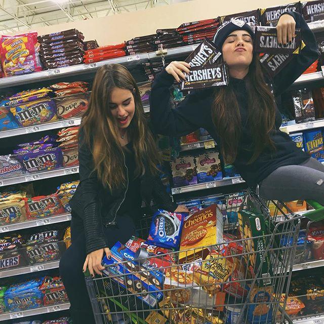 Chicas comprando comida chatarra en el supermercado