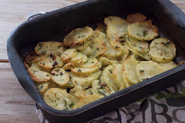 Patatas al horno a la mantequilla, ajo y perejil