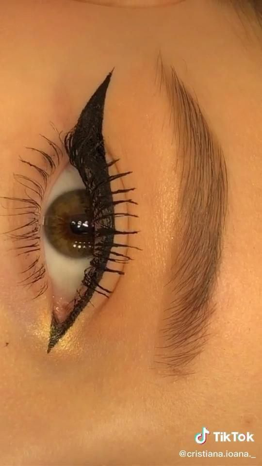 how to do winged eyeliner Videos