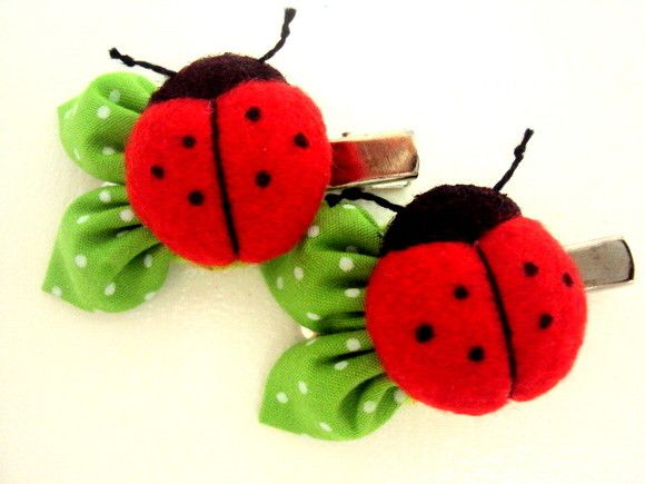 Bico de pato com joaninha. Joaninha em feltro. R$6,90 | ladybugs | I like the leaves detail!
