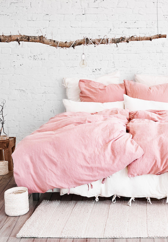 ein traum in rosa rustikale holzdeko kombiniert mit wunderbar sanfter bettw sche aus leinen und. Black Bedroom Furniture Sets. Home Design Ideas