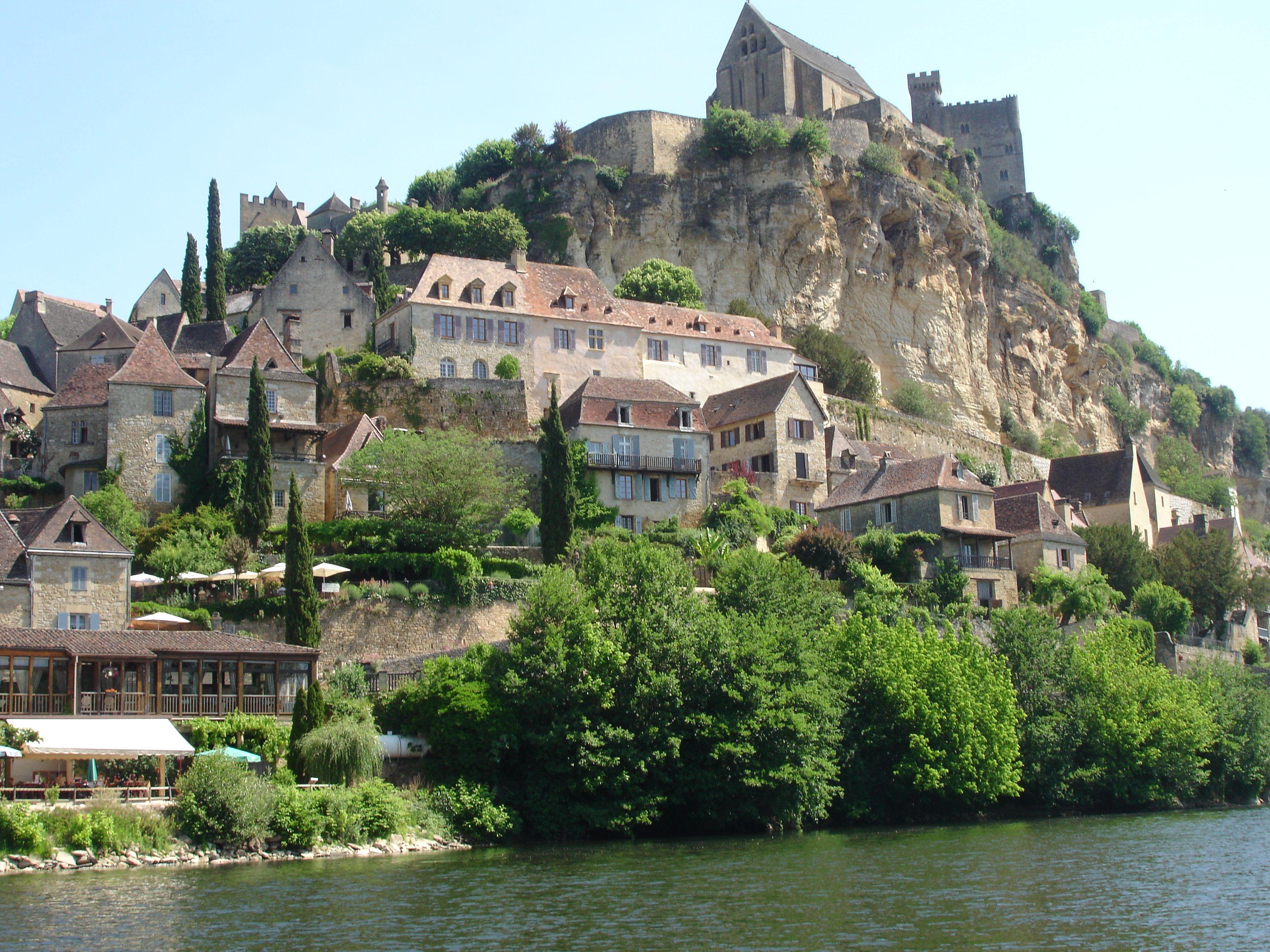 Zicht op kasteel en kathedraal vanaf rivier de Dordogne bij Beynac