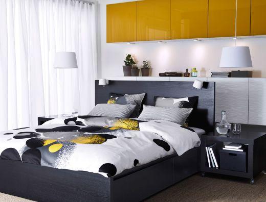 chambre coucher avec lit malm brun noir rangement best avec portes jaunes et housse de. Black Bedroom Furniture Sets. Home Design Ideas
