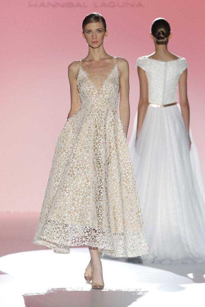 6be035d6a Hay mil y una maneras de lucir un vestido tejido en encaje y es elegir su  versión de efecto troquelado. Esto sucede en muchas de las propuestas  vistas en ...