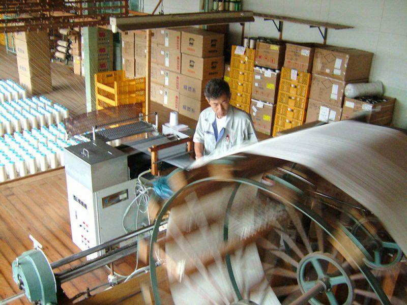 Tissage de la soie chirimen dans l'entreprise Tayuh Silk