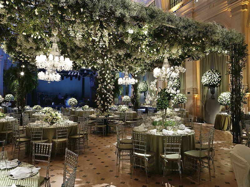 Jardim suspenso sobe mesa dos convidados- Decoração Vic Meirelles