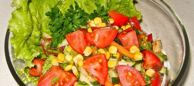Легкий салат из свежих овощей с кукурузой ========================== Реальная находка на обильном праздничном столе - рецепт приготовления легкого салата из свежих овощей и зелени с консервированной кукурузой. Когда уже больше ничего не лезет :-)