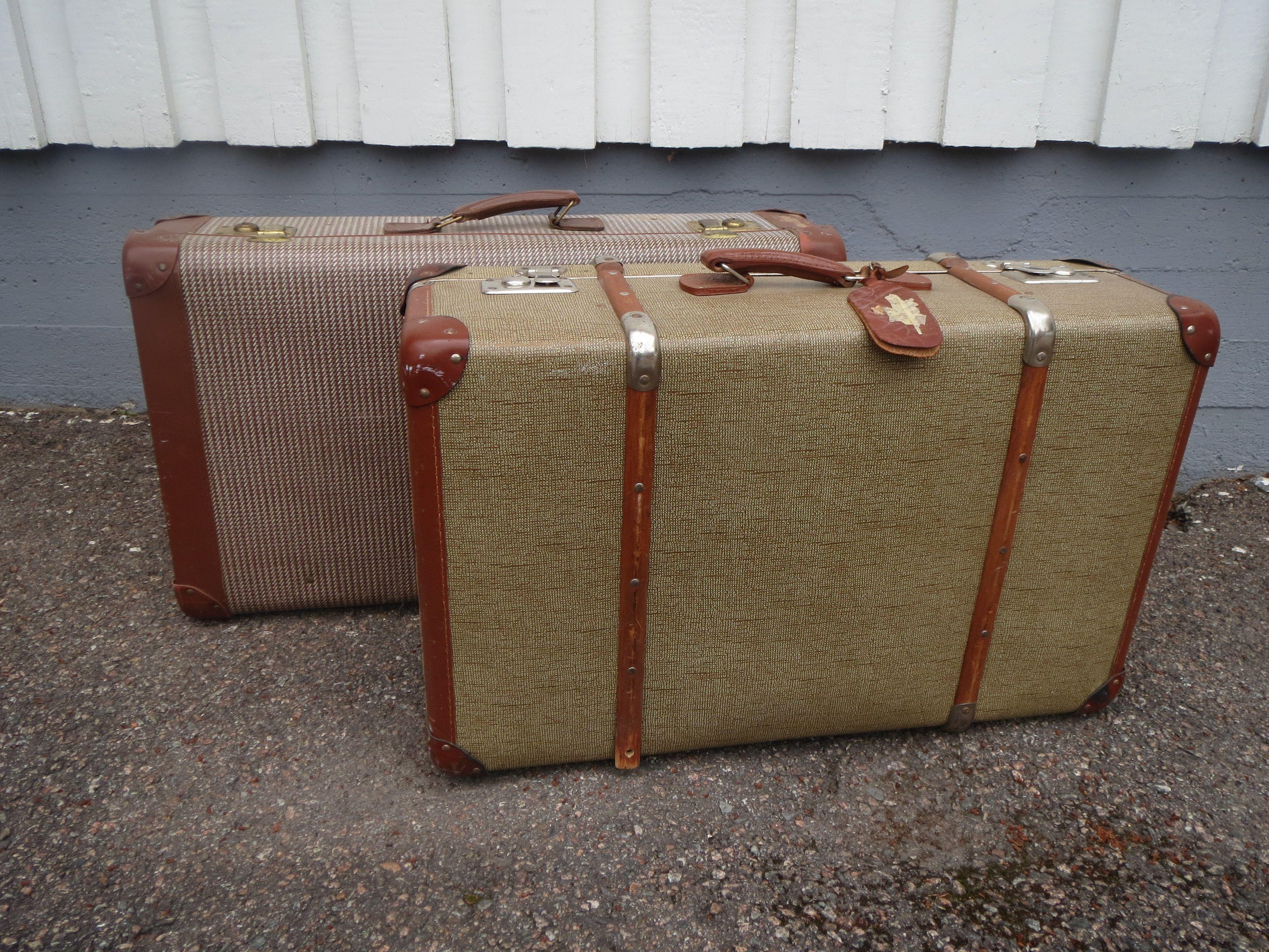 Hyväkuntoiset isot matkalaukut, siistikuntoiset myös sisältä. Etummaisen laukun alareunasta puuttuu metallinen puuvanteen pidike.  Edessä oleva puuvanteinen laukku 45 euroa, takana oleva 40 euroa.