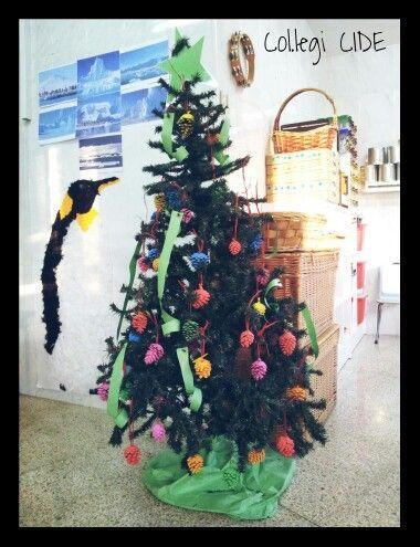 Arbre de Nadal amb pinyes de colors. 3 anys