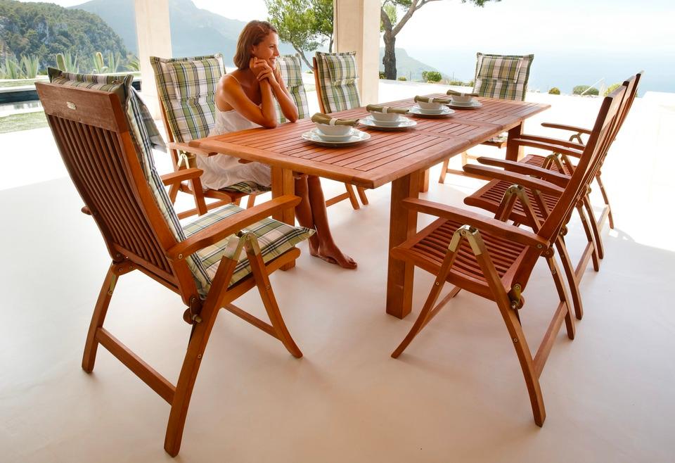 Naturlich Schon Das Mobelset Aus Eukalyptusholz Hat Einen Warmen Farbton Der Sommer Auf Die Terrasse Oder Den Balkon Bring Aussenmobel Gartentisch Gartenmobel