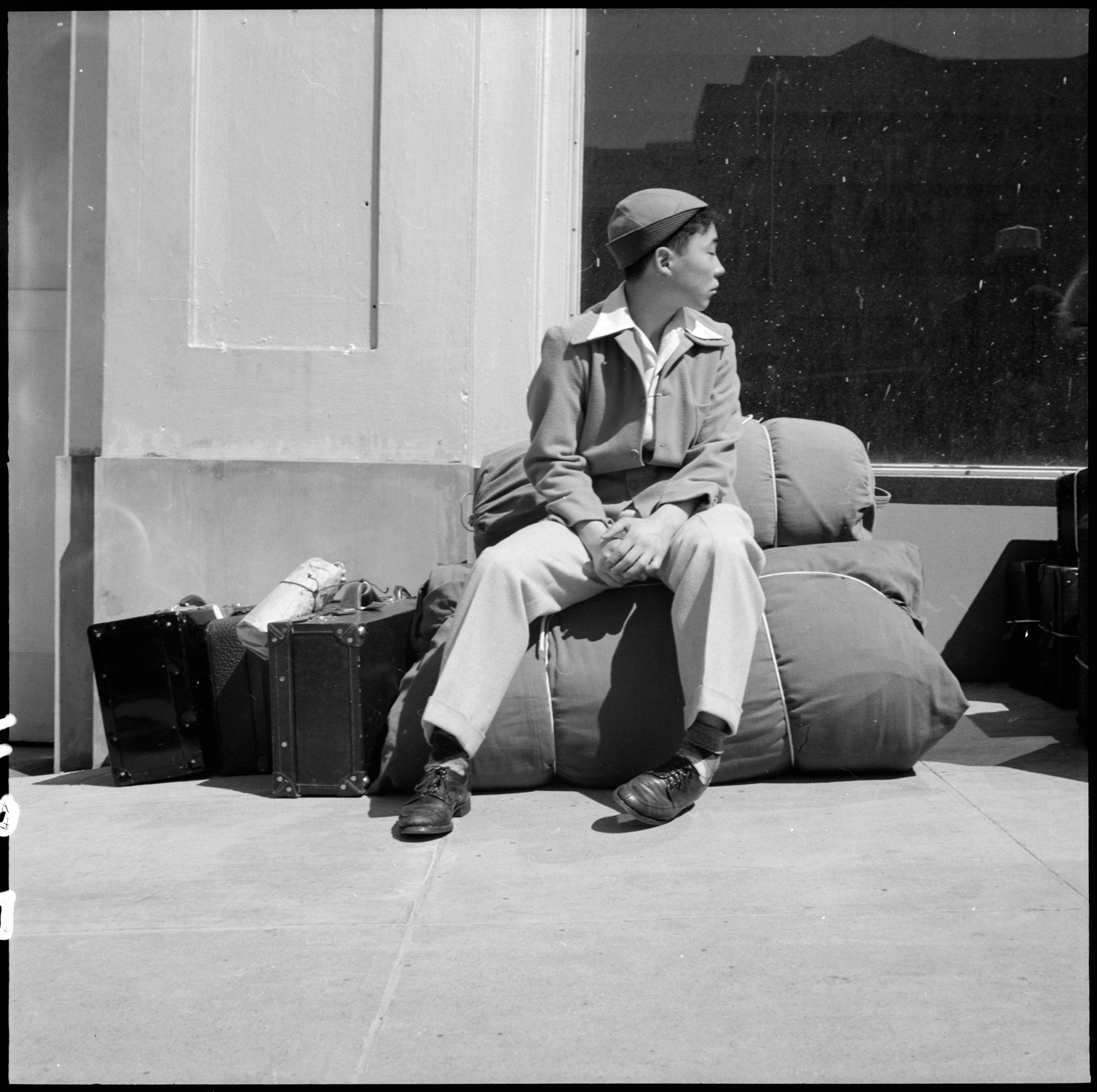 San Francisco California An Early Comer Arrives With Personal Effects At 2020 Van Ness Avenue As Part Dorothea Lange Dorothea Lange Photography Photographer