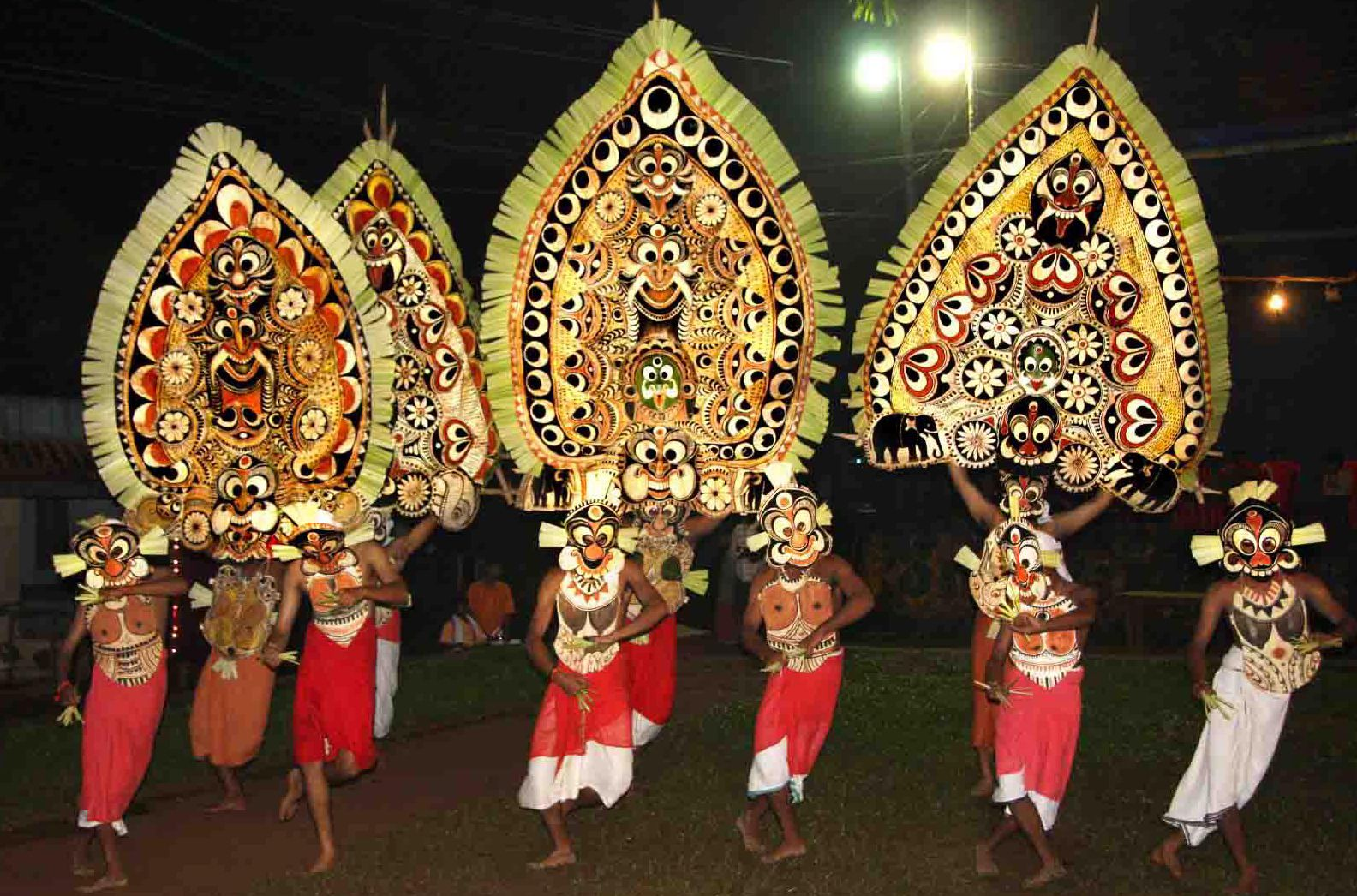 Padayani is a traditional folk dance and a ritual art from Pathanamthitta district of Kerala. A ceremonial dance involvi… | Dance of india, Folk dance, Tribal dance