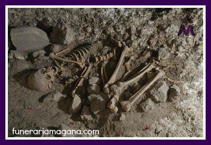 SABÍAS QUE...  La práctica de enterrar a los muertos podría datar de hace 350 000 años, tal y como quedó evidenciado en la fosa de Atapuerca (España) donde a 14 metros de profundidad encontraron los fósiles de 27 homínidos de la especie Homo heidelbergensis, un posible antecesor del Neandertal y del humano moderno.