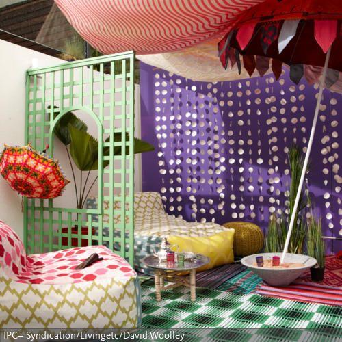 mit einem gro en baldachin und bunten outdoor teppichen wurde eine terrasse zu einem. Black Bedroom Furniture Sets. Home Design Ideas