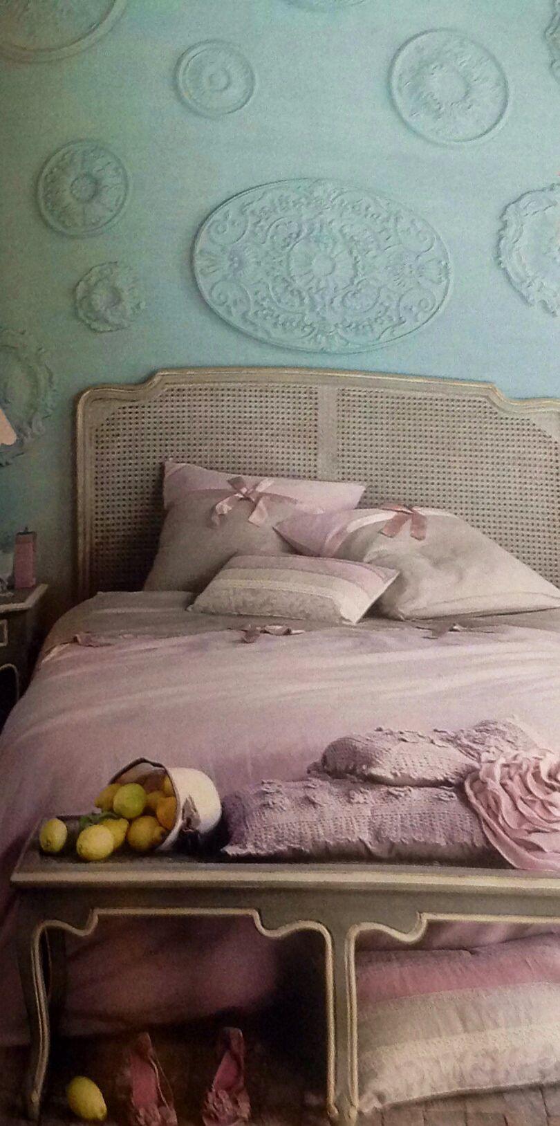 Décoration faite de rosaces sur le mur peinte à la couleur du mur