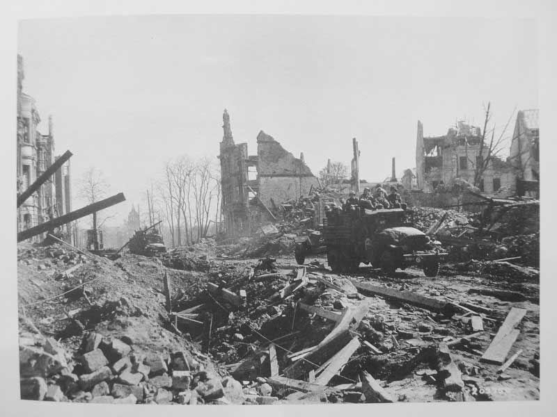 allied troops enter residential area of essen 1945. Black Bedroom Furniture Sets. Home Design Ideas