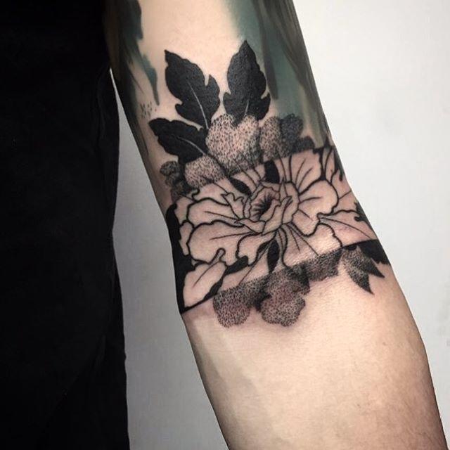 Done for today ✖️ #tattooworkers #tattoos #tattoo #dotwork #blackwork #blackworkers #blackworkerssubmission #negativetattoo #roughtattoonina #ninasmithtattoo #blacktattoo #flowertattoo #taot #btattooing @blacktattooing ✖️✖️✖️