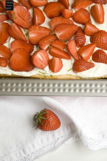 Endlich: Rote, kleine Erdbeeren treffen in diesem Jahr das erste Mal auf Limettenboden