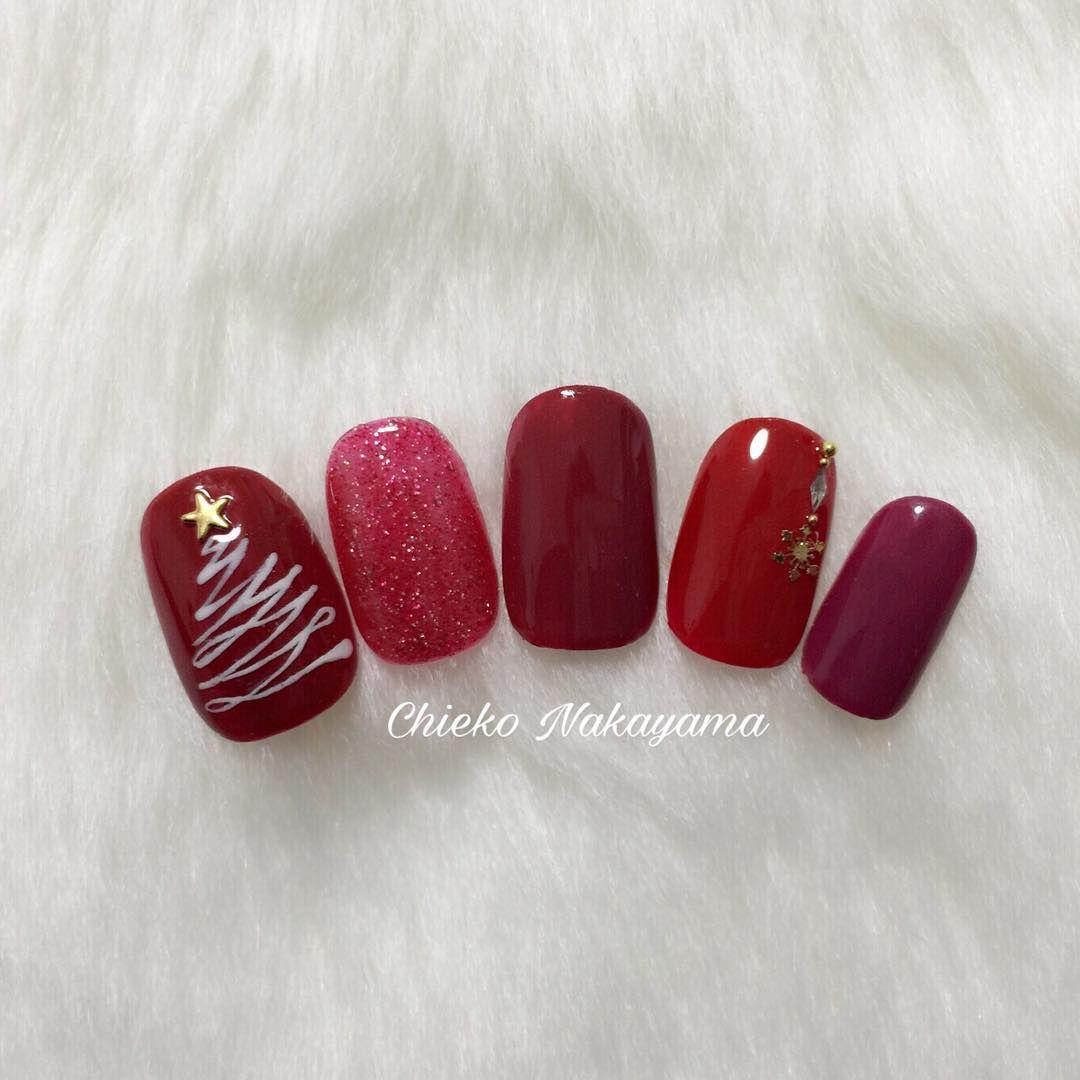 「年に1度のクリスマスネイル。今年は大人可愛いデザインで爪先を飾る」に含まれるinstagramの画像|MERY [メリー] もっと見る