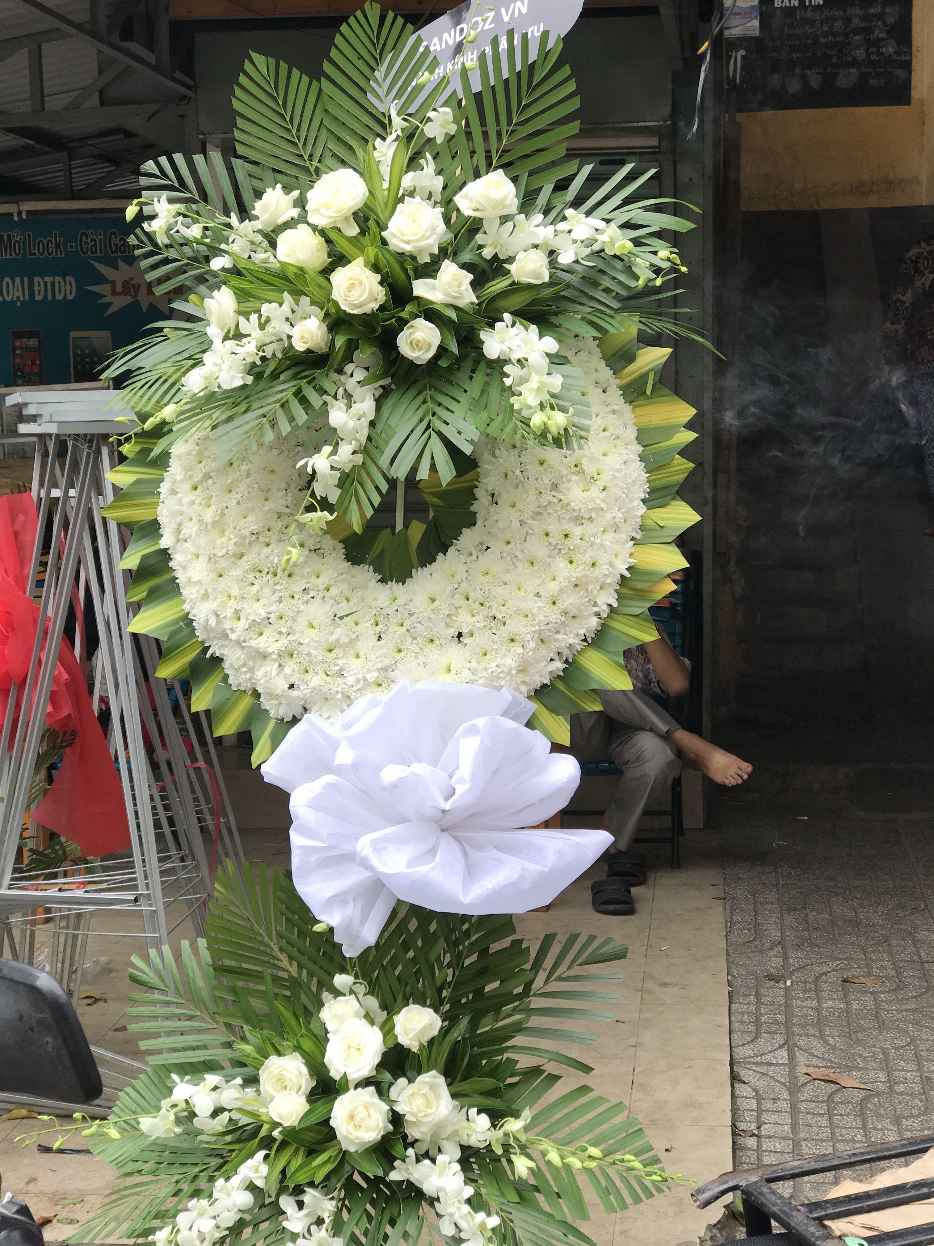 Hoa viếng đám tang giá rẻ Quận 10 Vòng Hoa