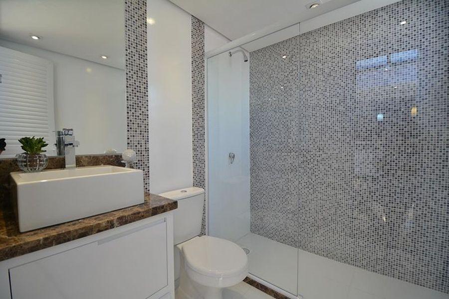 fotos de banheiros decorados com pastilhas de vidro no box